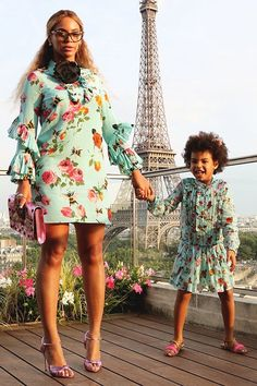 Like mother, like daughter. Or at least that's the way you hope things go when your mama is Beyonce. And lucky for Blue Ivy, she's already modeling after her flawless, famous mom in these adorable pics of the two in matching outfits. And in Paris no less! Estilo Beyonce, Beyonce Style, Beyonce And Jay Z, Beyonce Singer, Beyonce Beyonce, Blue Ivy Carter, Celebrity Kids, Celebrity Style, African Fashion