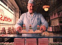 """Los suculentos """"Courtesan au chocolat"""" de la pastelería Mendel's, sus preciosas cajas y demás decorado y atrezzo edulcorado ideado por la diseñadora gráfica Annie Atkins, componen una paleta tonal de pasteles que impregna el universo cromático de la película Grand Hotel Budapest."""