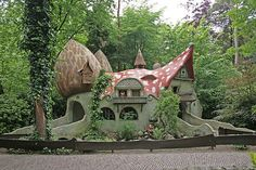 Magic Mushroom House Really want a Hobbit house! Storybook Homes, Storybook Cottage, Casa Dos Hobbits, Fairytale Cottage, Unusual Buildings, Mushroom House, Vida Real, Unusual Homes, Earthship