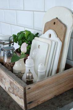 Sammensæt stilleben med dine ting + tavle med opbevaring på indersiden af et skab