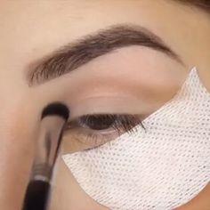 Adorei a técnica, é muito fácil! Maquiagem sem borrões! Pode usar um band aid, fita crepe, etc. No lugar do azul pode ser preto, marrom ou qualquer outra cor. ✨ Gostou? Marque as amigas para nos seguir também!  #makeup #tutorial #passoapasso #stepbystep #video  #beauty #beleza #maquiagem #mac  #chanel #makeupforever #dior