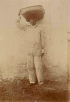 Tagalog laundryman delivering clothes. Circa 1900 Filipiniana, Tagalog, Manila, Old Pictures, Filipino, Old And New, Colonial, Philippines, Nostalgia