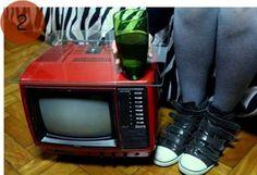Mas a TV também pode virar mesinha auxiliar.  http://www.minhacasaminhacara.com.br/top-5-da-semana-11/