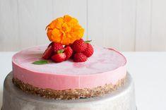 Ihastuttava vegaaninen, gluteeniton ja sokeriton mansikkaraakakakku. Katso helppo ohje blogista.