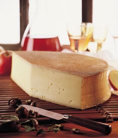 Frottez les tranches de pain à l'ail. Faites-les tremper dans le Vin blanc de Savoie, tartinez avec la poitrine de porc fumée hachée. Garnissez d'une tranche d'Abondance (environ 0,5 cm d'épaisseur), poivrez et mettez au four.