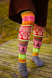 Knitted Muhu Island Socks: Great Meadows. Pattern in English and Finnish.  Muhu_iso_ilu_small2 Puikkomaisterin sukkakirja. Moreeni 2015.