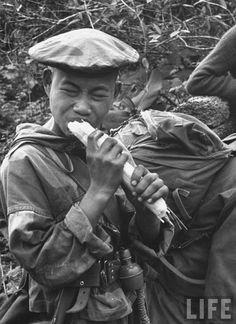 vietnam commando eating Vietnam war era pics of special units, LRRPS, MACV SOG… First Indochina War, Falklands War, Vietnam War Photos, My War, French History, Green Beret, Indochine, American Soldiers, American Revolution