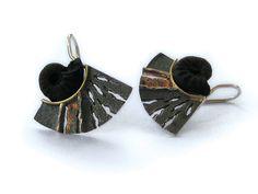 Elisenda de Haro | Contemporary jewellery | Joyería contemporánea | Sterling, gold and ammonite earrings.