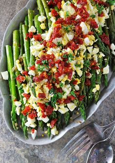 This Sautéed Asparagus Egg Salad with shallots and sundried tomatoes would make. - Recipes that Use Hard Boiled Eggs - Asparagus Recipes Healthy Recipe Using Asparagus, Egg Recipes, Salad Recipes, Healthy Recipes, Cooking Recipes, Tofu, Feta, Zucchini, Asparagus