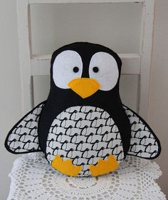 Felt penguin toy in black and white - Baby Crafts, Felt Crafts, Softies, Cadeau Parents, Sewing Crafts, Sewing Projects, Felt Penguin, Cute Penguins, Japanese Fabric