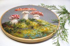 Cette peinture originale de laine par Dani Ives de bonne humeur Art est complètement aiguille feutré. Il est composé de pure laine--pas de peinture ! Aiguille à feutrer est un processus qui consiste à piquer des fibres de laines lâches avec une aiguille spéciale de barbelés des milliers de fois jusquà obtenue la forme désirée ou limage. Cest incroyablement longue et fastidieuse, mais les résultats qui peuvent être faites avec la fibre sont incroyables.  Je m'efforce de repousser les limites…