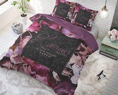 Dit bloemen dekbedovertrek bevat diverse roze -en paars tinten, met in het midden van het overtrek een zwart tekstvak. In het tekstvak staat: 'L'amour est. 1987. Je t'aime infiniment'. Het dekbedovertrek oogt romantisch en fleurt gegarandeerd iedere slaapkamer op! Het kleurrijke overtrek brengt sfeer en gezelligheid met zich mee. Daarnaast is het overtrek van katoen, een materiaal dat fijne eigenschappen kent. Black Bedding, Linen Bedding, Bed Linen, Duvet Cover Sizes, Duvet Covers, Home Living, Good Night Sleep, Comforters, Pillow Cases