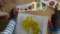 De kleuters krijgen een receptkaart met voedingsmiddelen en maken deze klaar op hun bord