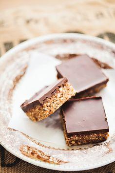 Få opskriften på disse lækre palæo mandel chokoladebarer her! De er meget gode og alligevel sunde. Kan nydes uanset om du er på palæo diæt eller ej.