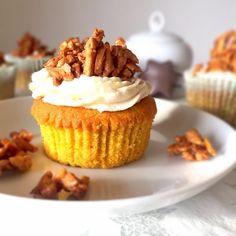 Diese Kombination hat es mir angetan: Herrlich saftige und fluffige Kürbiscupcakes mit einem himmlischen Frischkäse Topping mit Zimt und gebrannten Mandeln