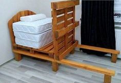 This bed has been built with pallets, both the base and the headboard, and has the peculiarity that, thanks to the multiple mattress that composes it, can be Pallet Furniture Tutorial, Bedding Inspiration, Pallet Beds, Bed Design, Creative, Pallets, Bed Ideas, Adobe Illustrator, Madeira