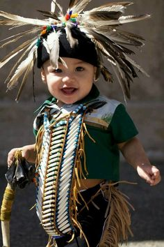 Native child studies traditional culture in situ. Native Child, Native American Children, Native American Wisdom, Native American Pictures, Native American Beauty, American Indian Art, Native American History, American Indians, Native Indian