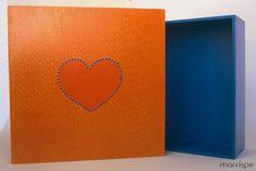Caixa em mdf com técnica de pente decorador e molde de coração. Confira o passo-a-passo no blog! #artesanato #pentedecorador #coração #mdf #caixa #feitoamao #diy #passoapasso #pintura #mimos #decor #decoração #organização #marrispe