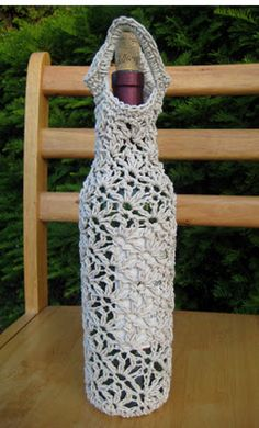 I wonder if there is an English translation of this pattern Crochet wine bottle sleeve; Cotton Crochet, Knit Or Crochet, Crochet Gifts, Learn To Crochet, Crochet Things, Crochet Kitchen, Crochet Home, Crochet Motifs, Crochet Patterns