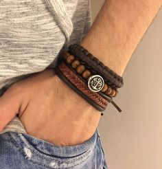 Kit de Pulseiras Masculinas, um mistro de pulseiras de couro com pulseira de madeira.    Ideal para um visual despojado e cheio de elegância.