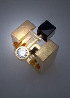 yelow gold, diamond and onix ring...