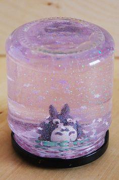 Une boule à neige Totoro réalisée avec de la pâte polymère
