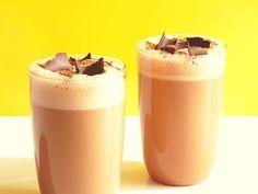 Los smoothies son un tipo de batido un tanto más denso que el común, hecho a base de trozos de frutas y jugo natural, mezclado con leche, hielo o helado. Se caracteriza por su cremosidad, por no tener...
