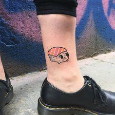 Pequeño tatuaje de un nigiri de salmon nigiri en el tobillo.
