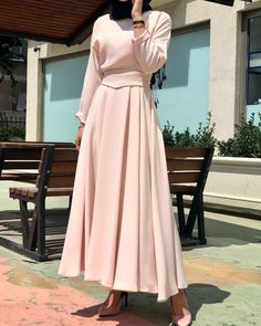 Y E N İ Ü R Ü N. yeşil Mevlana Model dress made of powder belt with detail. Modern Hijab Fashion, Abaya Fashion, Muslim Fashion, Fashion Wear, Fashion Dresses, Modest Fashion, Fashion Muslimah, Modest Dresses, Elegant Dresses