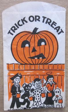 Here are some images of vintage Halloween treat bags that can be printed and added to plain white bags to spook them up a bit, just i. Vintage Halloween Images, Retro Halloween, Halloween Ii, Vintage Halloween Decorations, Halloween Items, Happy Halloween, Trick Or Treat Bags, Halloween Trick Or Treat, White Bags
