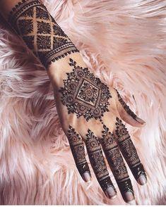 Henna @arora_mehndi ..#henna #mehndi #whitehenna #wakeupandmakeup #zentangle #boho #monakattan #flowers #hennadesign #tattoo #girlyhenna…