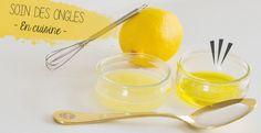 Plonger les ongles dans le jus de citron pendant 10 mn, puis 10mn dans l'huile d'olive. Masser l'huile d'olive restée sur les ongles. Ajouter une càs de sucre extra-fin ou de bicarbonate dans le ramequin d'huile. Mélanger et verser le tout sur les mains pour un gommage doux. D'autres astuces sur le site.