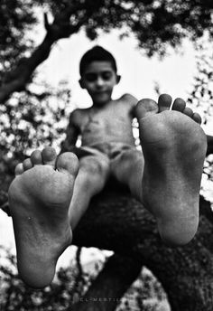 boy in tree with feet toward camera - black and white photo - 500px / Photo ARGENTIQUE PHOTOGRAPHIE  by Mohamed El-mestiich Saadi -