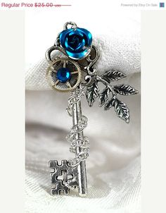 SALE Winter Rose Key Necklace van KeypersCove op Etsy, $22.50