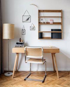 """38 To se mi líbí, 0 komentářů – ELLE Decoration Czech Republic (@elledecorationczech) na Instagramu: """"Pár doplňků, knížek a bloků, ale hlavně hodně květin. To je minimalistický #homeoffice podle…"""" Office Desk, Corner Desk, Infinity, Furniture, Home Decor, Corner Table, Desk Office, Infinite, Decoration Home"""