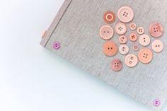 Album fotografico artigianale decorato con bottoni di MUeMUM