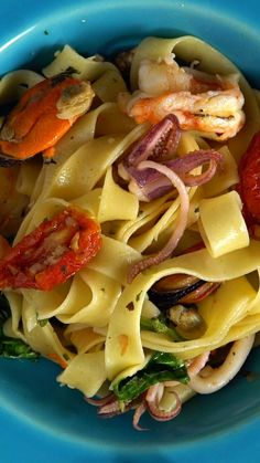 Esse macarrão com frutos do mar é super fácil de fazer e vai impressionar qualquer um!   Baixe o aplicativo da Tastemade: http://link.tastemade.com/HE7m/PAY8H1x2mA