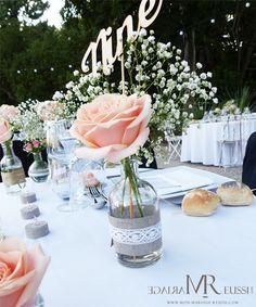 Centre de table bohème chic, mini vase avec rose et gypsophile, toile de jute et dentelle, nom de table chiffres en bois à l'anglaise