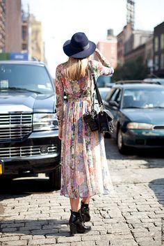 Vestido de verão, look casual, plissado, estampas, chapéu e botas.