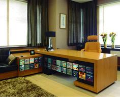 Usar adesivos decorativos em móveis e acessórios também é uma boa opção para decorar escritórios, deixando-os mais descontraídos e coloridos.