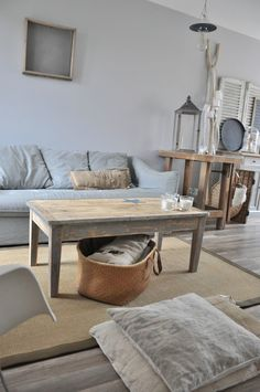 Une table basse après ponçage et coupe des pieds d'une table ancienne