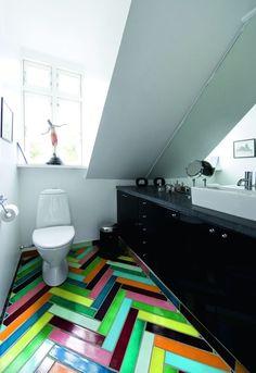 """На пол в туалете уложена """"елочкой"""" разноцветная яркая плитка"""
