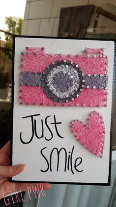Camera string art String Art Names, Best Gifts For Girls, Just Smile, Diy And Crafts, Unicorn, Nail Art, Craft Ideas, Stitch, Artwork