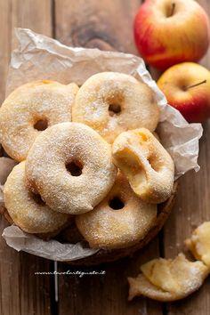 Frittelle di mele - Ricetta frittelle di mele veloci Apple Desserts, Mini Desserts, Apple Recipes, Fall Recipes, Sweet Recipes, A Food, Good Food, Food And Drink, Beignets