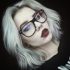 Gonna love that hair! And make-up. piercings and glasses. Beauty Makeup, Hair Makeup, Hair Beauty, Prom Makeup, Photographie Portrait Inspiration, Grunge Look, 90s Grunge, Grunge Style, Soft Grunge