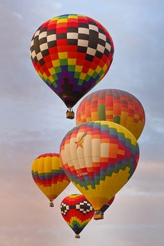 Every October, the skies are filled with 750 hot air balloons for Albuquerque's International Hot Air Ballon Fiesta. The 9 day event is the largest ballon festival in the world. Just before sunrise, 750 balloons take flight… Albuquerque Balloon Fiesta, Albuquerque News, Ballon Festival, Air Balloon Rides, Hot Air Balloons, Air Ballon, Paragliding, Zeppelin, Photos