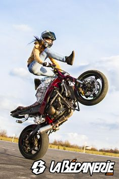But up over the bars Lady Biker, Biker Girl, Taxi Moto, Chicks On Bikes, Womens Motorcycle Helmets, Stunt Bike, Motorbike Girl, Xjr, Hot Bikes