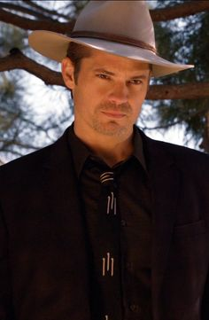 Timothy Olyphant as Raylan Givens in Justified Season 2 Episode 5  -The Dose Makes the Poison-