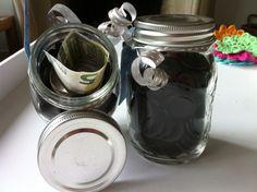 Leuke manier om geld te geven. Glazen potje met muntdrop en een briefje verstopt in een wc rolletje. Nice way to give money!