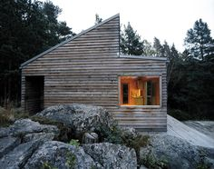 This tiny getaway home sits on a vantage point over a giant bay landscape in Oslo Fjord, Norway. Woody35 is a small wooden cabin that provides the minimum of 35sqm(!) – yet more than enough – space to enjoy a quiet and pleasant inhabitable experience. Surrounded by an astonishing forest scenario, Woody35 proclaims its own …